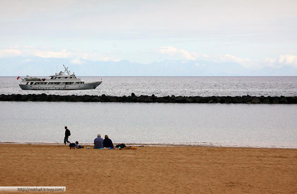Пляж Las Tersitas, на горизонте виден соседний остров - Гран Канария (Gran Canaria)