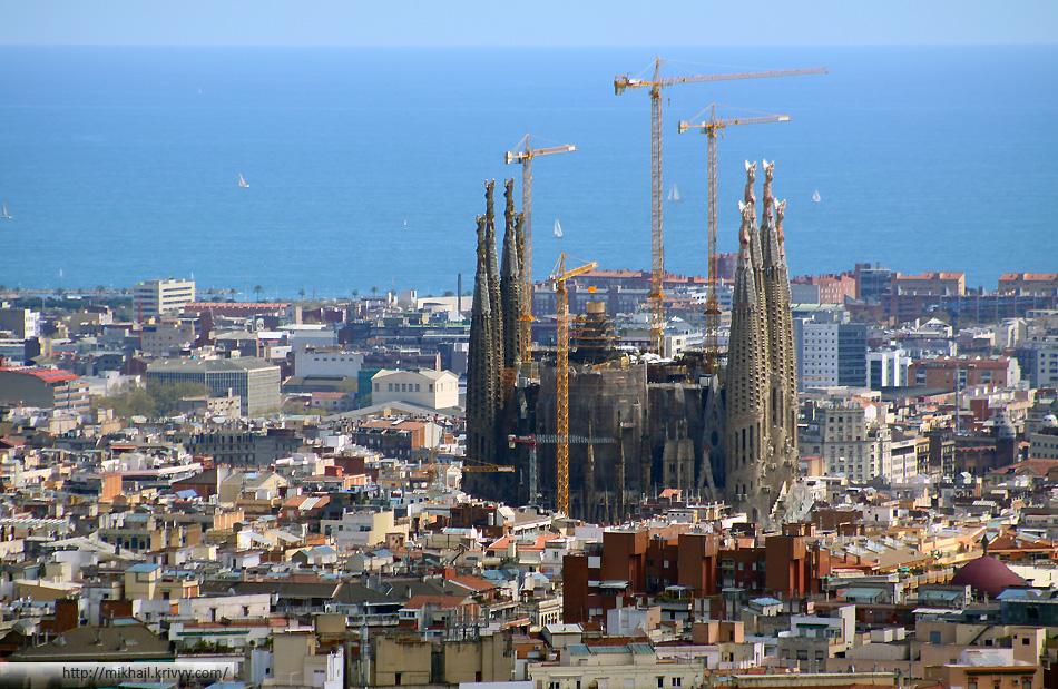 А вот так Саграда Фамилия выглядит на фоне города. Когда ее достроят она будет в два раза выше. Говорят осталось всего 20 лет.
