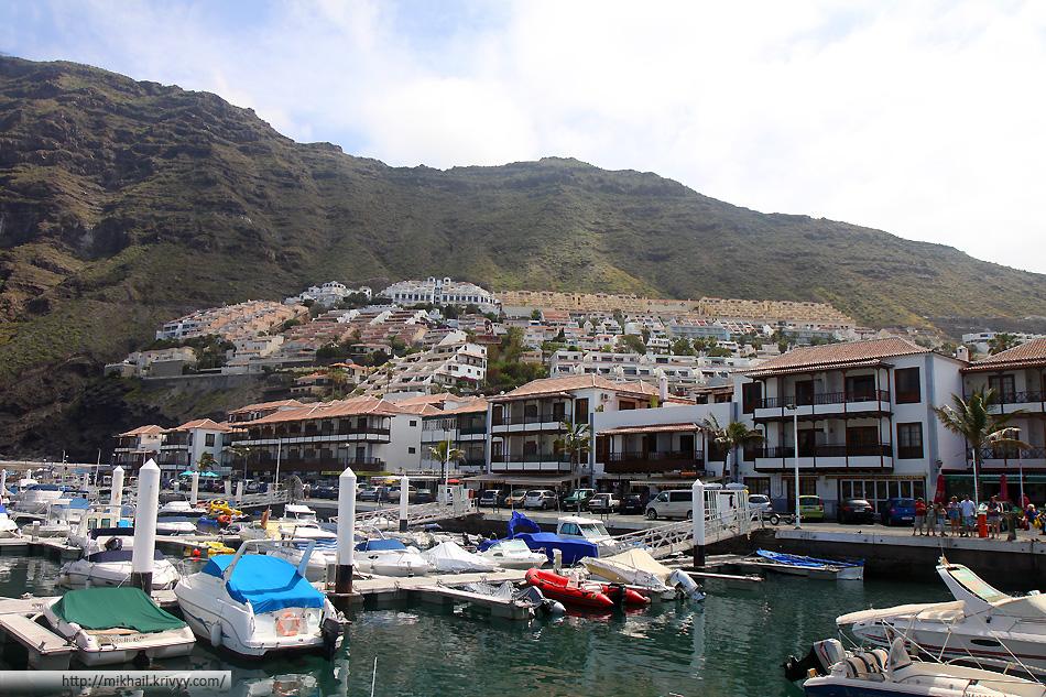 Порт Лос Гигантес и сам городок. Основная часть - сдающиеся в аренду апартаменты.