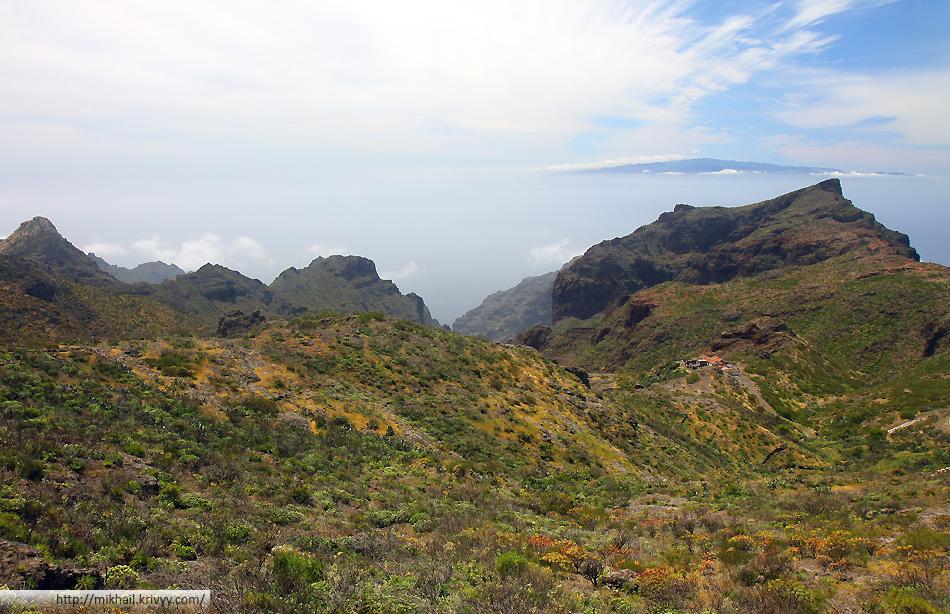 За 10 км. до деревни перевал. С перевала отлично виден пик Тейде и соседние острова Канарского архипелага - Ла Гомера и Ла Палма.