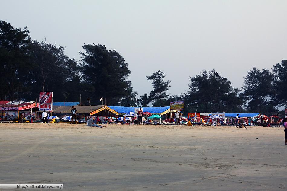 Рестораны в районе гостиниц. Пляж Кавелосим. Гоа, Индия.