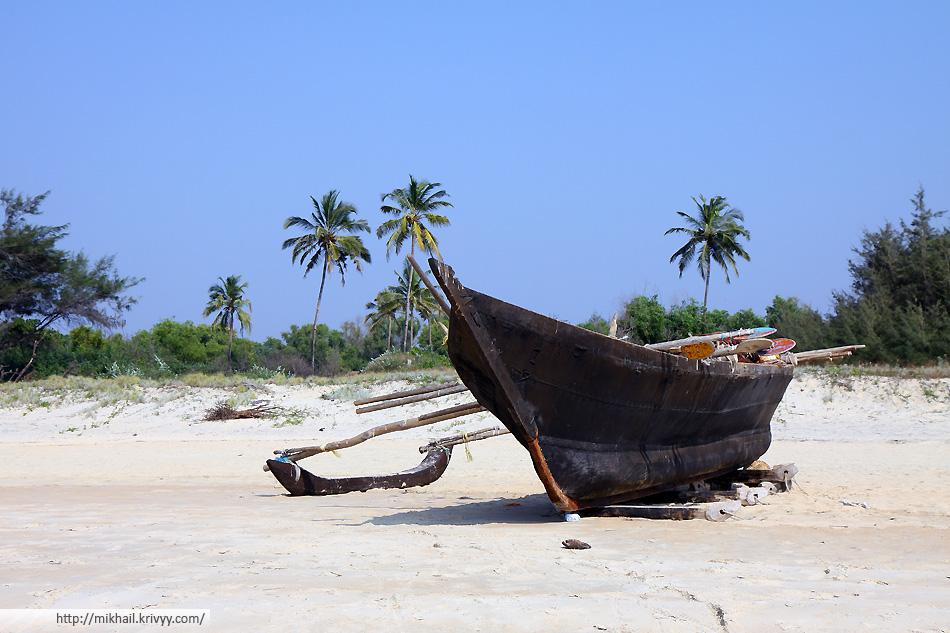 Лодка на пляже Кавелосим, Гоа, Индия.