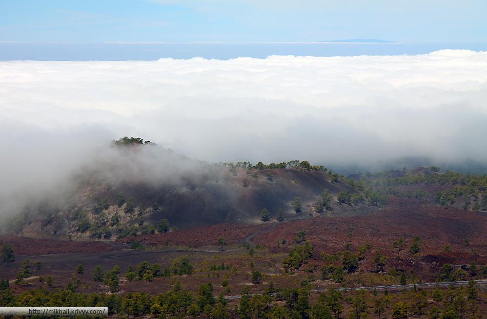 Вид с вершины вулкана Самара. Над океаном, как обычно, облака. На горизонте остров Ла Пальма.