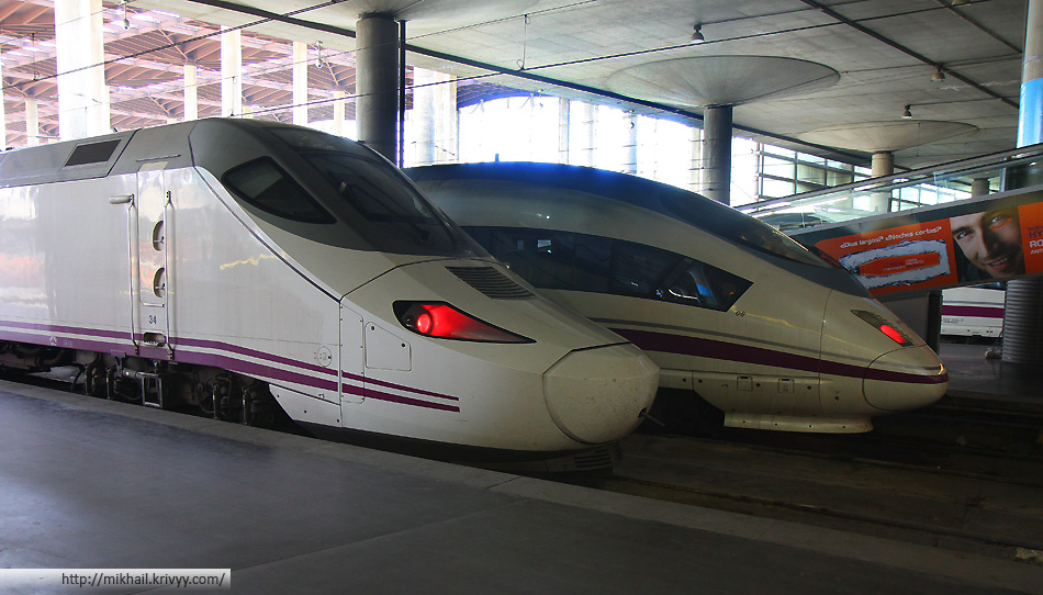 Электропоезда AVE S-103 (Velaro E) и AVE Class 130 (Talgo 250) на вокзале Мадрид Аточа (Madrid Atocha). Наш дальний.