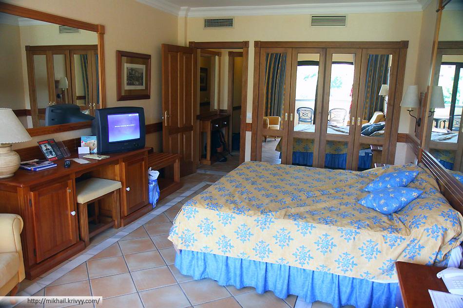 Интерьер номера в гостинице Costa Adeje Grand Hotel.