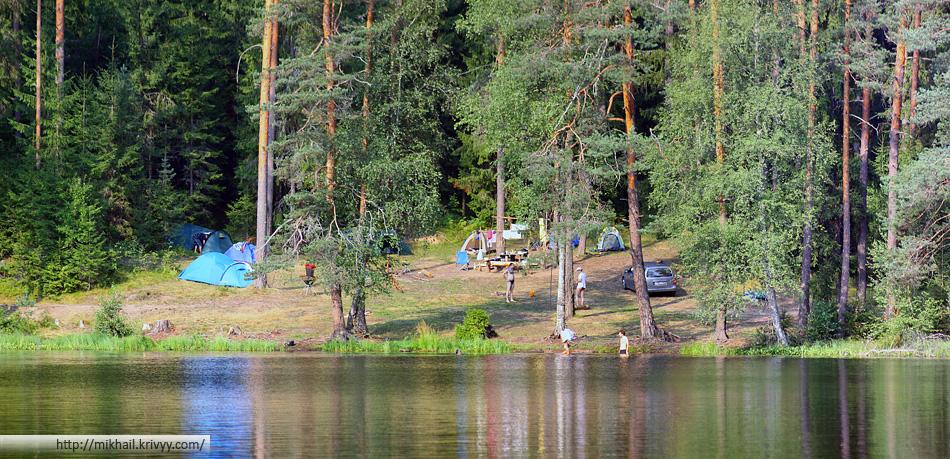 Вид на палаточный лагерь со стороны озера.