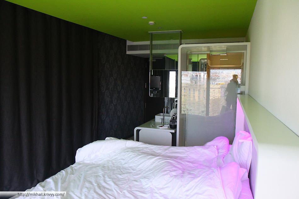 В номере был прозрачный душ, туалет в шкафу, цветная подсветка. А на крыше была панорамная площадка. Современная и удобная гостиница.