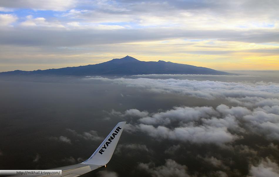 Подлетаем к острову Тенерифе (Tenerife). Хорошо виден вулкан Тейде.