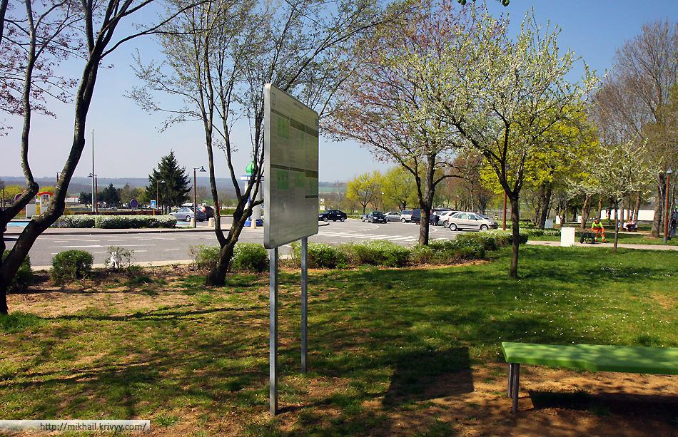 Зона отдыха на магистрали. Север франции. Тут только цветут деревья.