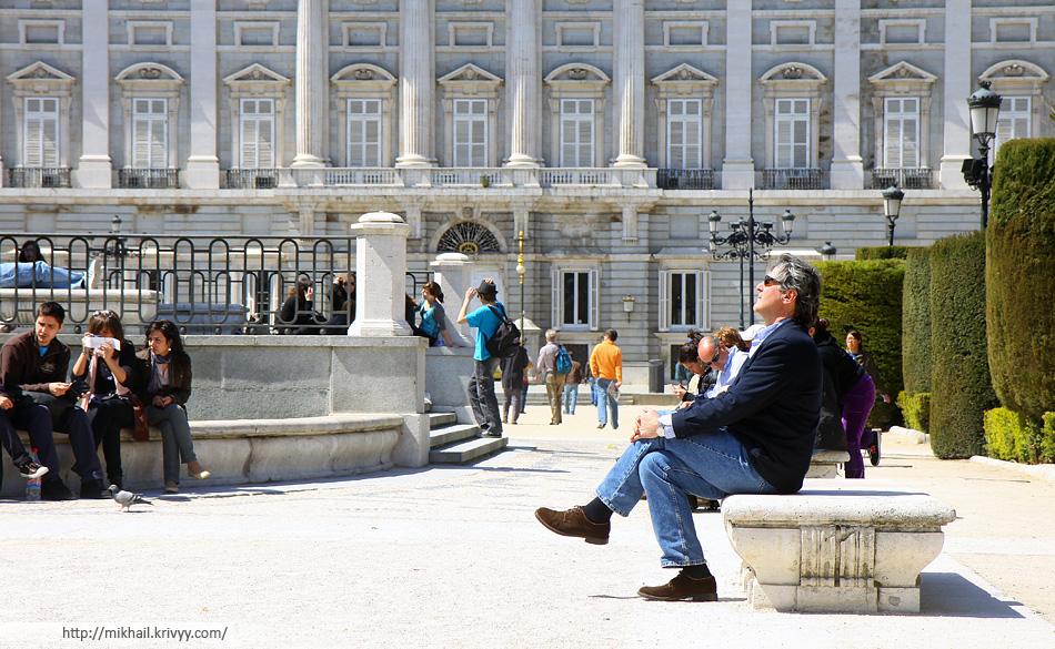 Начало апреля. В Мадриде первые теплые и солнечные деньки. Кто-то уже ходит в футболках, а кто-то все еще в зимнем пальто.
