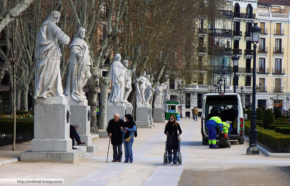 У Королевского дворца. В Испании, а особенно в Мадриде, много нелегалов с Украины. Мужчины - в строительстве, женщины - сиделками.