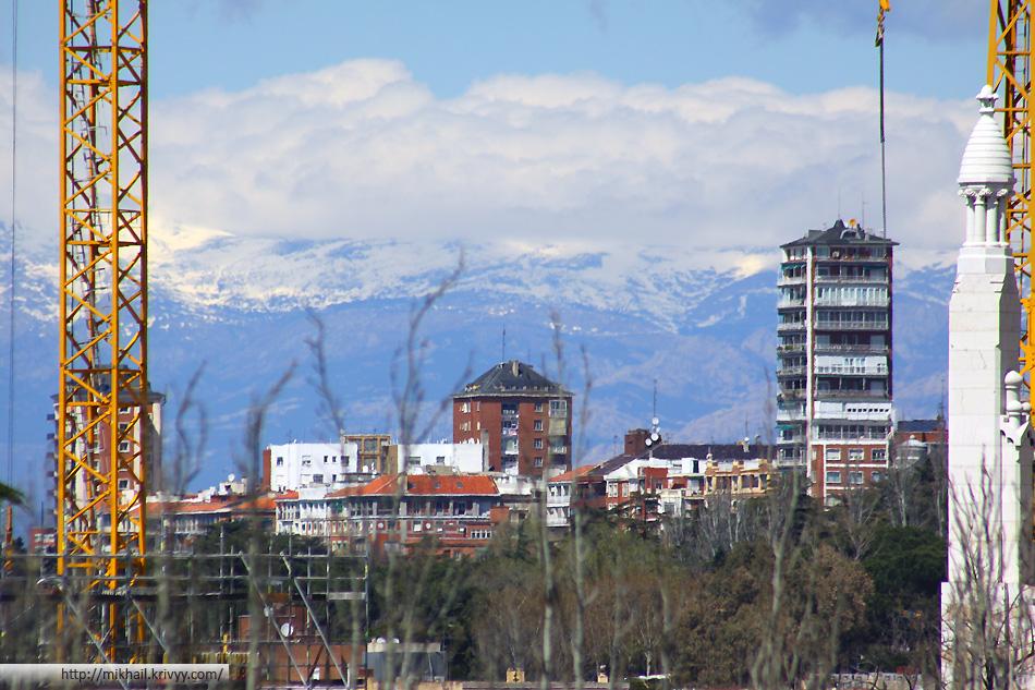 У Королевского дворца виднеются горы.