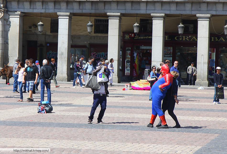 Фотографирование с уличными актерами в Мадриде не так развито. Особенно много их было в Барселоне.