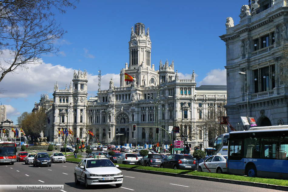 Площадь Сибелес (Plaza de Cibeles). По центру - Palacio de Comunicaciones, справа Банк Испании.