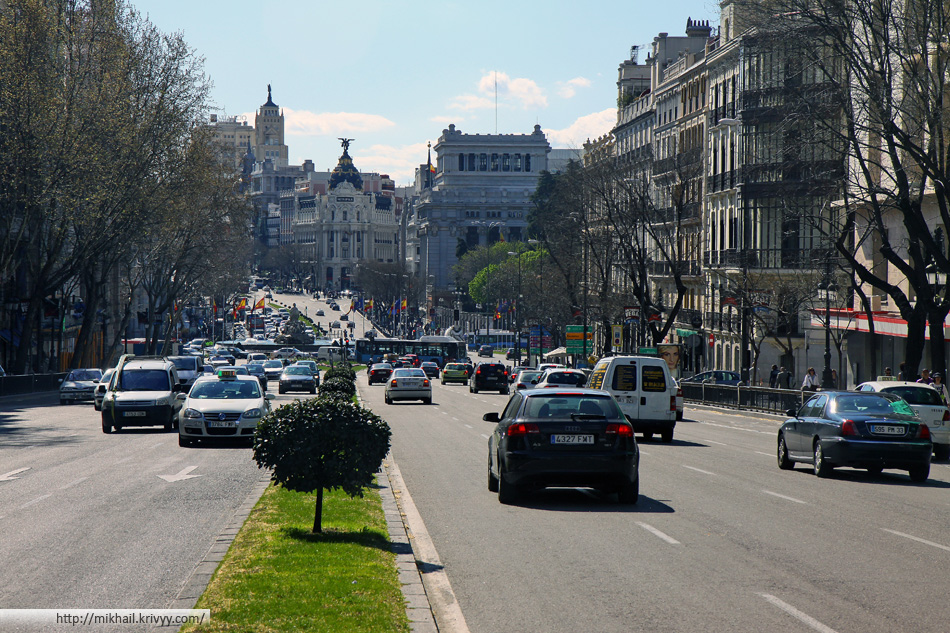 Мадрид. Вид на Edificio Metrópolis по улице Алькала (Calle de Alcala)