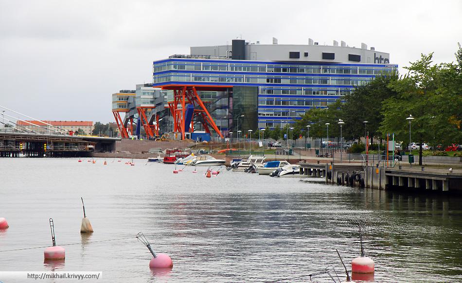 Жилые дома в районе Ruoholahti (Helsinki). Именно оттуда я добирался до терминала Lansisatama (Западная гавань)