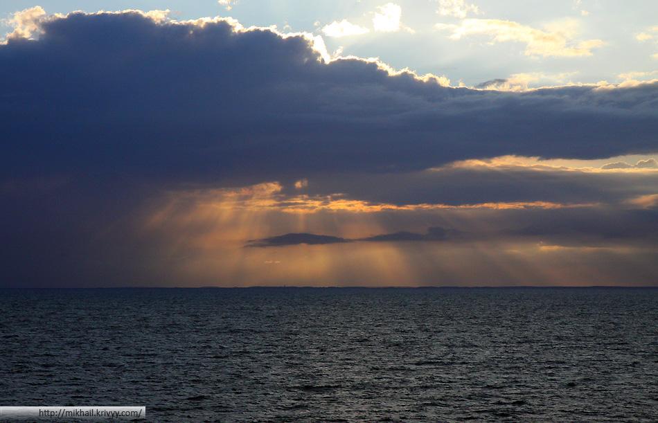 Погода менялась стремительно. За этот день несколько раз шел дождь и несколько раз было солнечно.