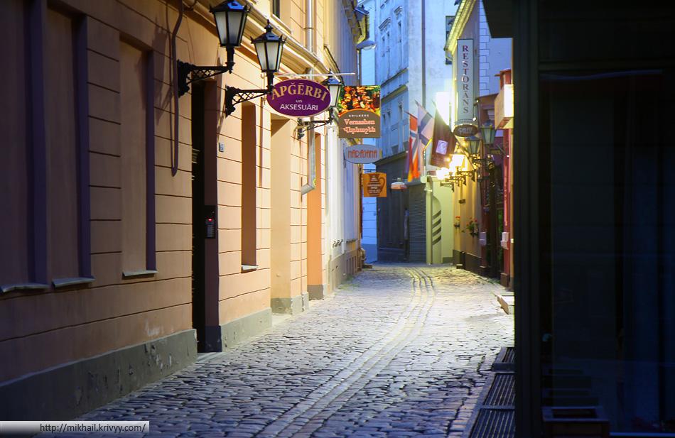 Улочка старой Риги. В Латвии кризис, фонари выключили когда было еще темно. Светились только одинокие витрины.