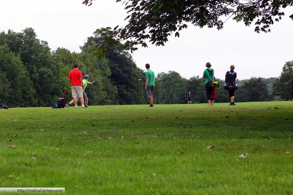 Группа игроков юниорского дивизиона играют отрезок №5 (330 метров)