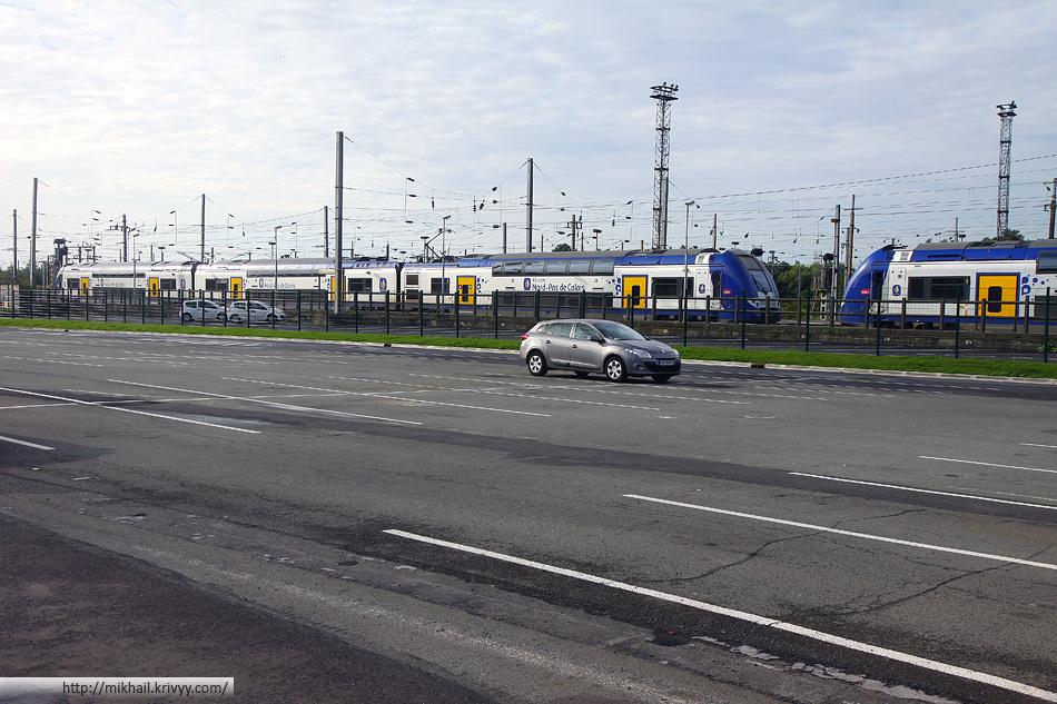 А вот так выглядит перехватывающая парковка на вокзале городка Ланс (Lens). Парковка бесплатная, косвенно входит в стоимость билета на поезд.