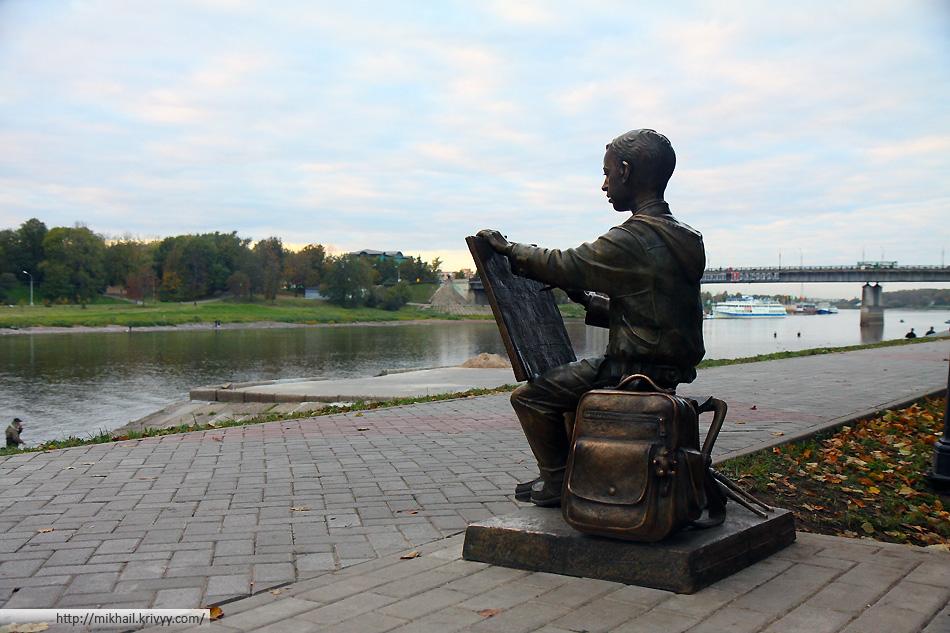 Юный художник, зарисовывающий Кремль.  Автор скульптуры — Сергей Гаев