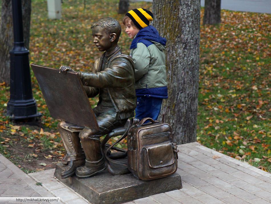 Юный художник, зарисовывающий Кремль. У проходящих мимо, наличие картины на холсте юного художника, вызывает искреннее удивление.