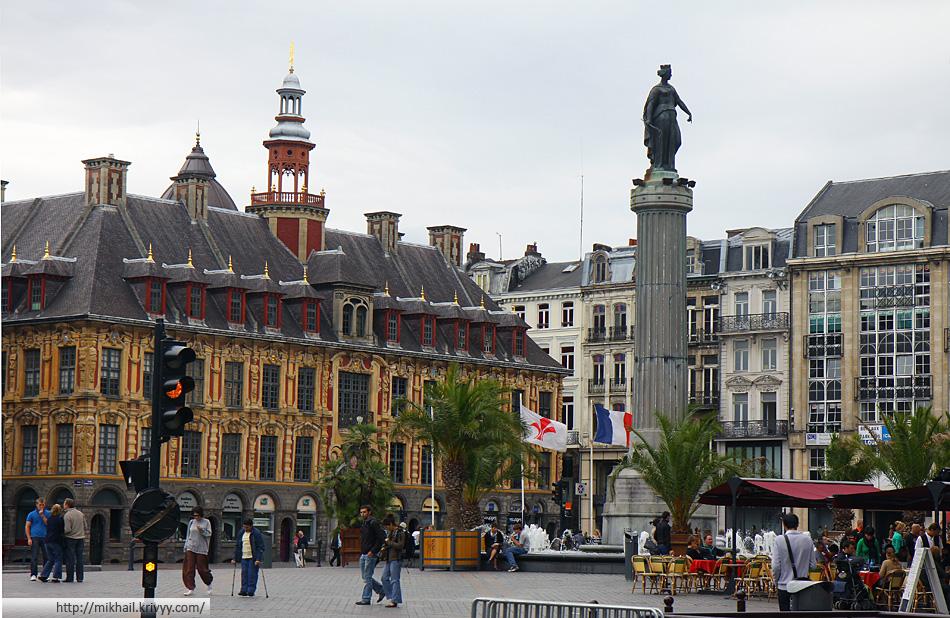 """""""Колонна Богиня"""" (Colonne de la Déesse) на площади Генерала Де Голя. Очень похожа на традиционную североевропейскую ратушную площадь."""