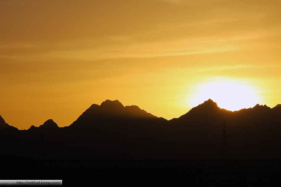 Горная цепь на востоке Аравийской пустыни. Стандртный пейзаж для западного берега Красного моря.
