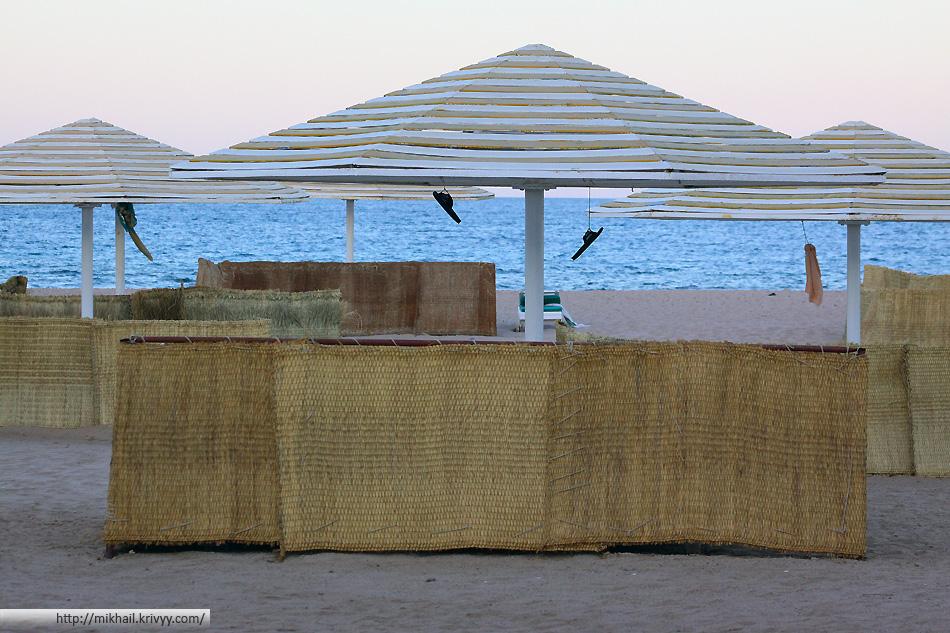 Пляж гостиницы Menaville Safaga. Старая Советская традиция - забивать места. Как я уже говорил, один из главных недостатков гостиницы - контингент.