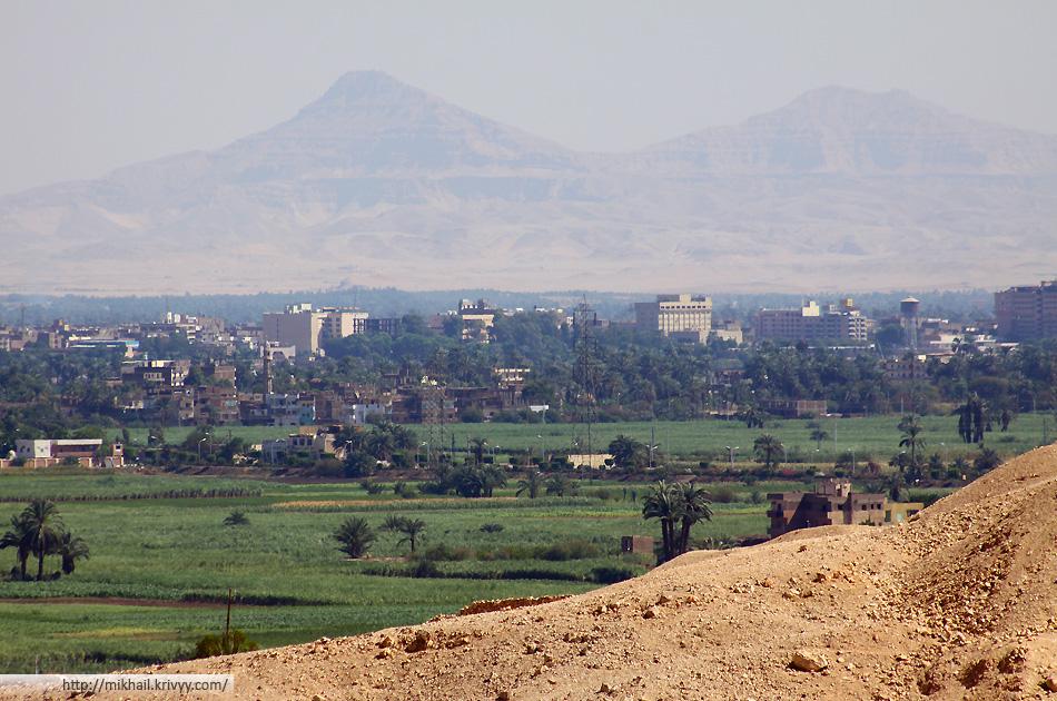 Долина реки Нил. Полоса жизни во всю ширину. Вид от храма Хатшепсут в Дейр-эль-Бахри.