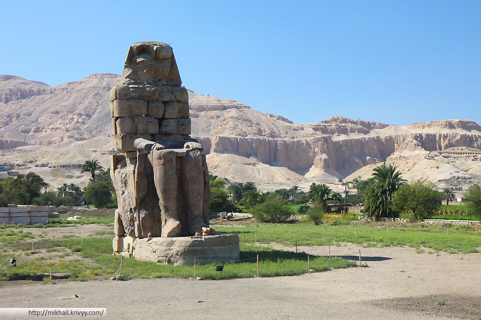 Колоссы Мемнона (в действительности — Аменхотепа III). Две массивные каменные статуи фараона Аменхотепа III. Последние 3400 лет они простояли в некрополе города Фивы, по другую сторону реки Нил от современного города Луксор.