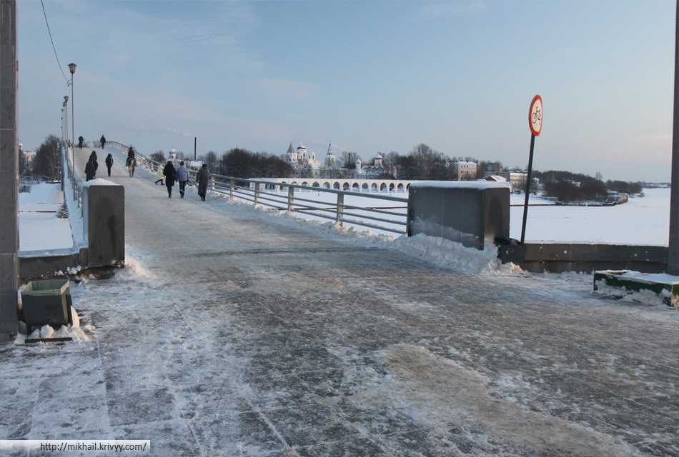 Великий Новгород. Пешеходный мост и Ярославо дворище.