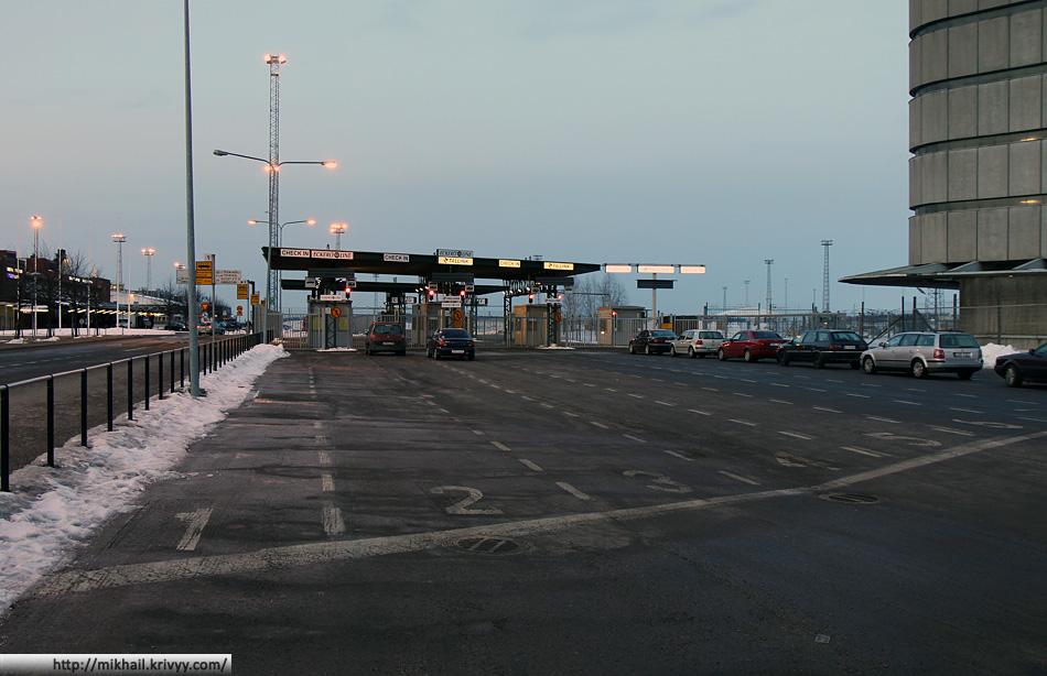 Западная гавань (Länsisatama). Стойки регистрации автомобилей.