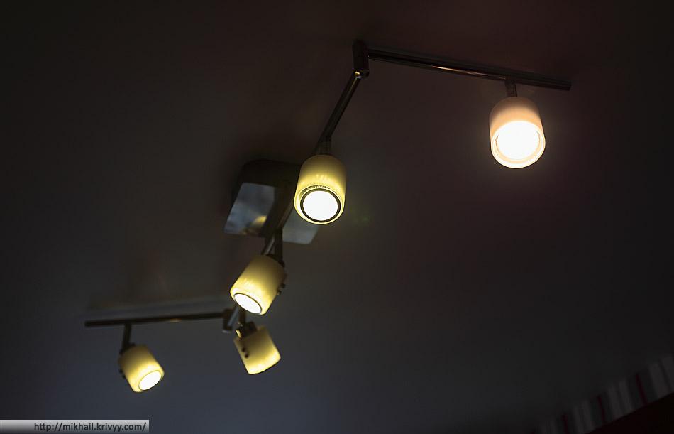 Четыре светодиодных лампы и одна галогенка от Ikea.