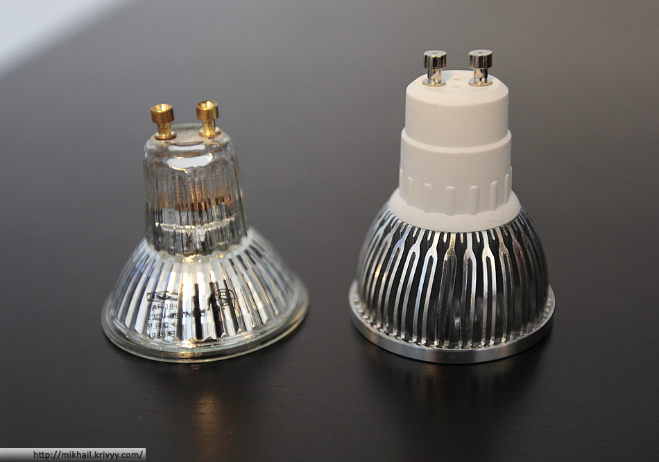 Справа - GU10 4-LED 360-Lumen 3500K Warm White Light Bulb (85~265V AC), слева - галогенка Ikea 35 ватт.