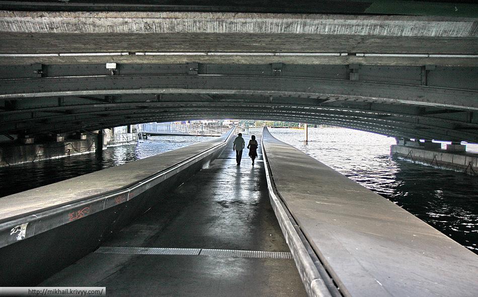 Подводный понтонный пешеходный переход в Женеве.