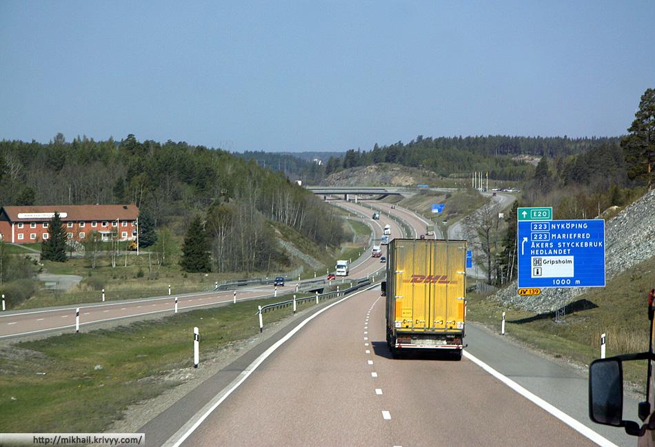 E4 между Стокгольмом и Нючёпингом (Nyköping). Нючёпинг известен тем что в 7 км к северо-западу от него находится аэропорт Стокгольм-Скавста — третий по пассажирообороту в Швеции. Ryanair постарался.