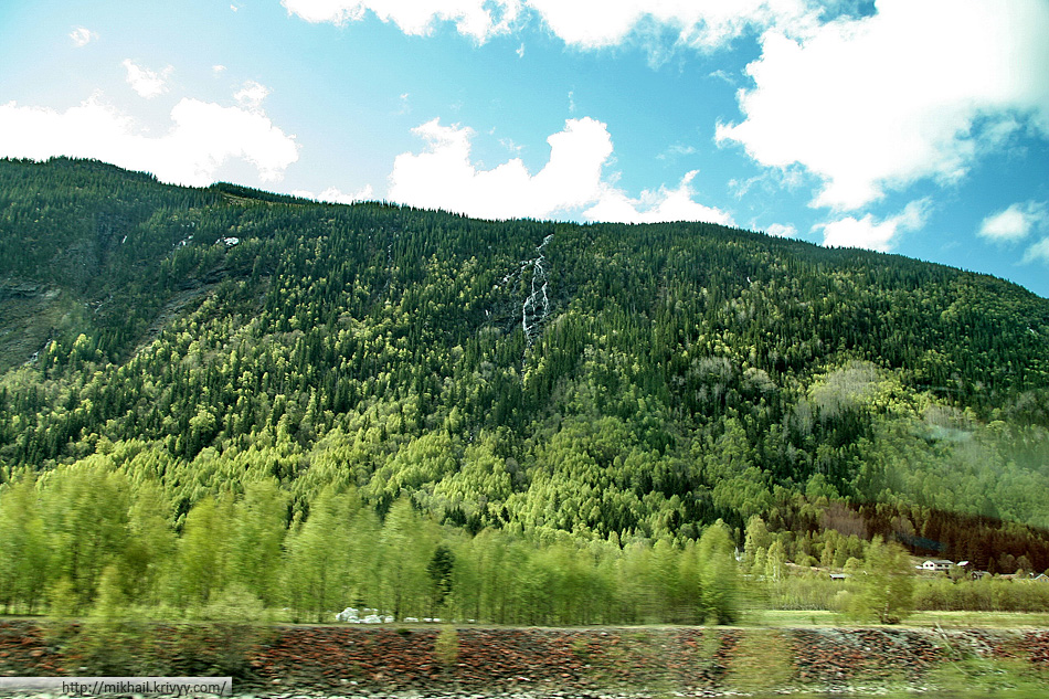 На подъездах к Рюкану (Rjukan). Фото из окна автобуса. Дорога петляет между крутым склоном и озером Tinnsjå (Тинншё), одним из самых больших в Норвегии.