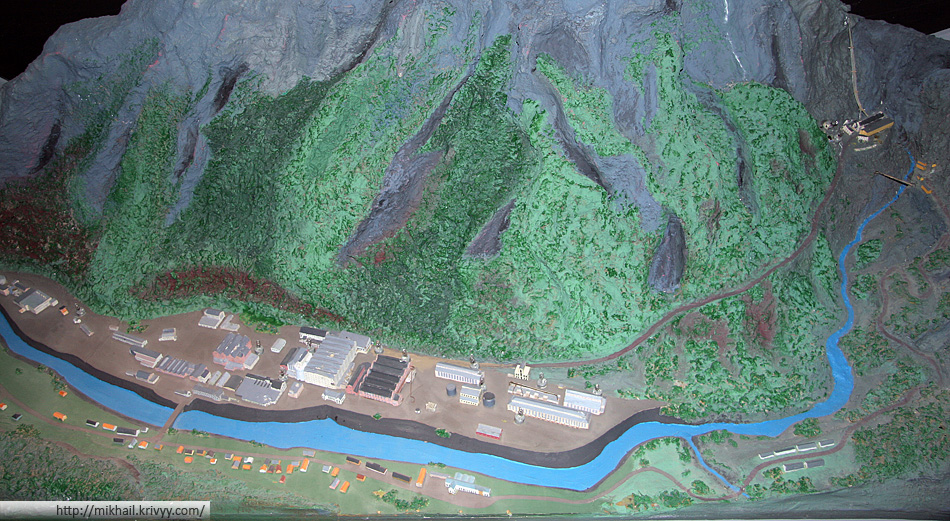 Диорама города Рюкан (Rjukan) и электростанции Веморк (Vemork, справа). В бывшем здании электростанции сейчас работает музей Норвежский музей промышленных работников.