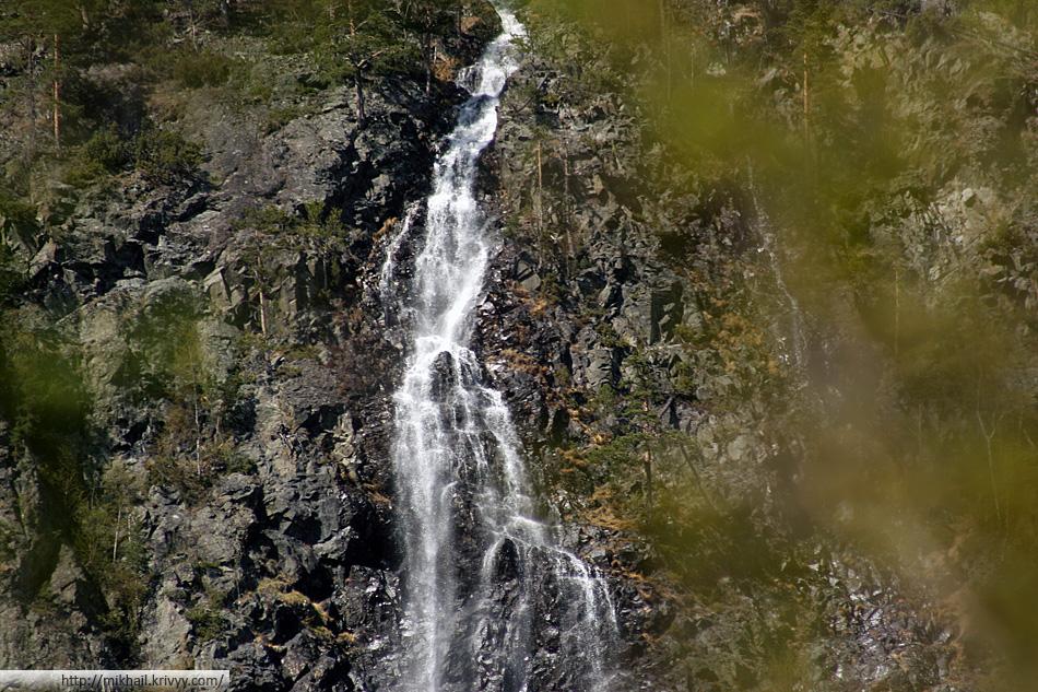 В узкую долину Вестфьорддален (Vestfjorddalen) течет масса рек, речушек и ручьев. Со всех сторон водопады.