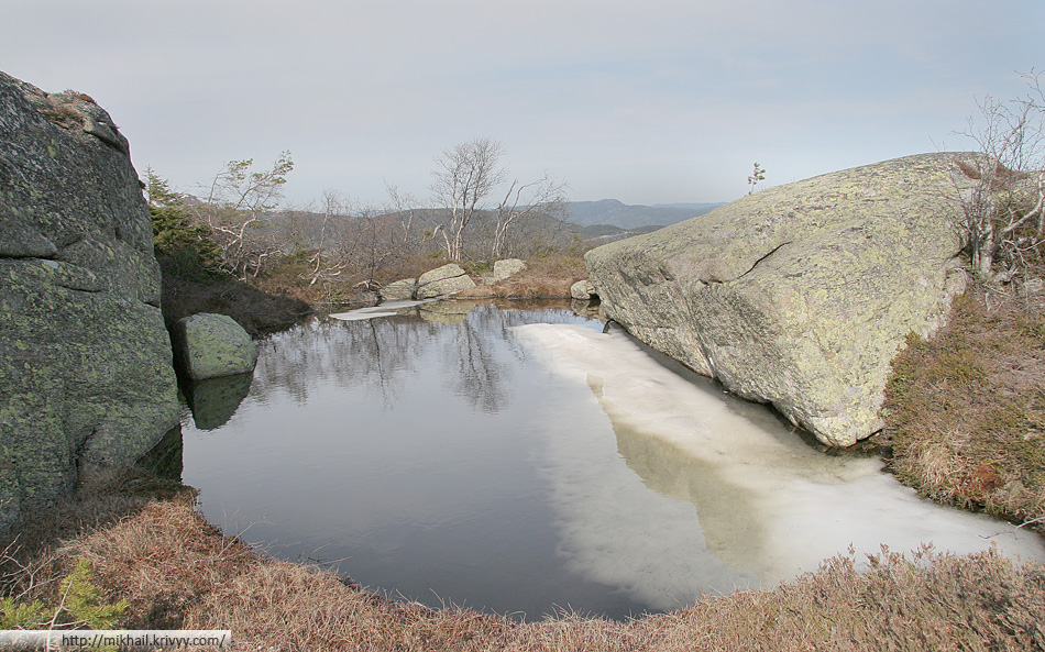 Между камнями встречаются озера. Некоторые из них совсем небольшие, а некоторые - вполне внушительных размеров.