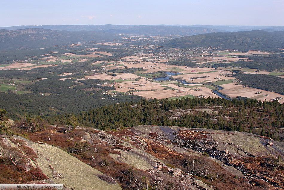 Вид с горы Шинан (Skinan) на долину городка Бё (Bø).