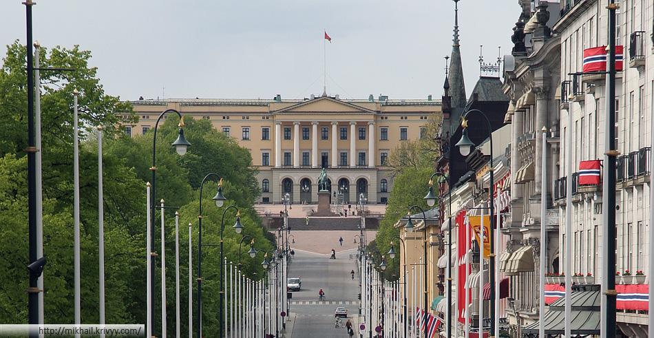 Королевский дворец (Det Kongelige Slott). Улица Карла-Юхана (Karl Johans gate) подготовлена к празднованию дня независимости.
