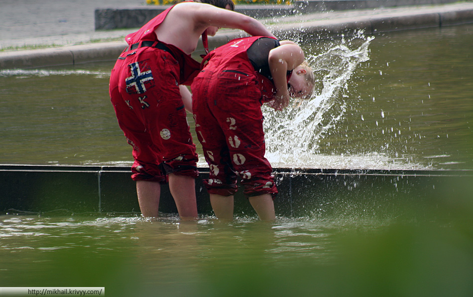 День выпускника по норвежски. Ритуал купания в фонтанах.