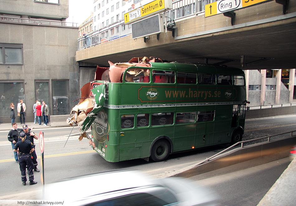 У Шведского автобуса снесло крышу.