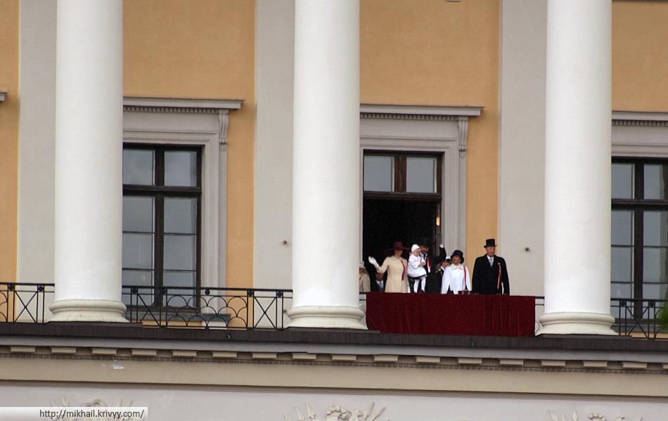 Примерно так рядовой житель Осло видит своего короля, если у него есть телеобъектив. Если телеобъектива нет, то еще мельче :)