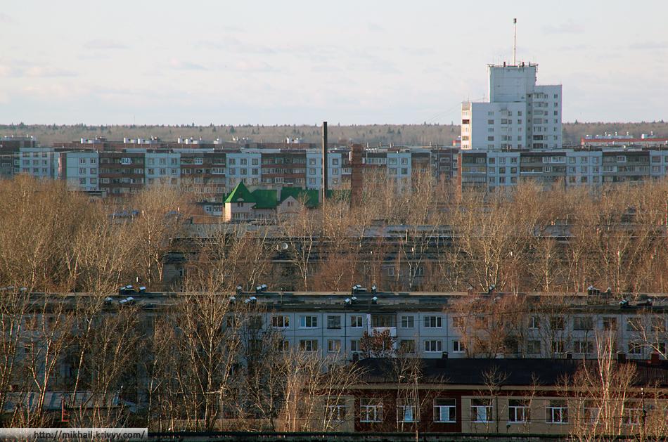 Западный район. Нижние крыши - на ул. Космонавтов. Верхние - на ул. Коровникова.