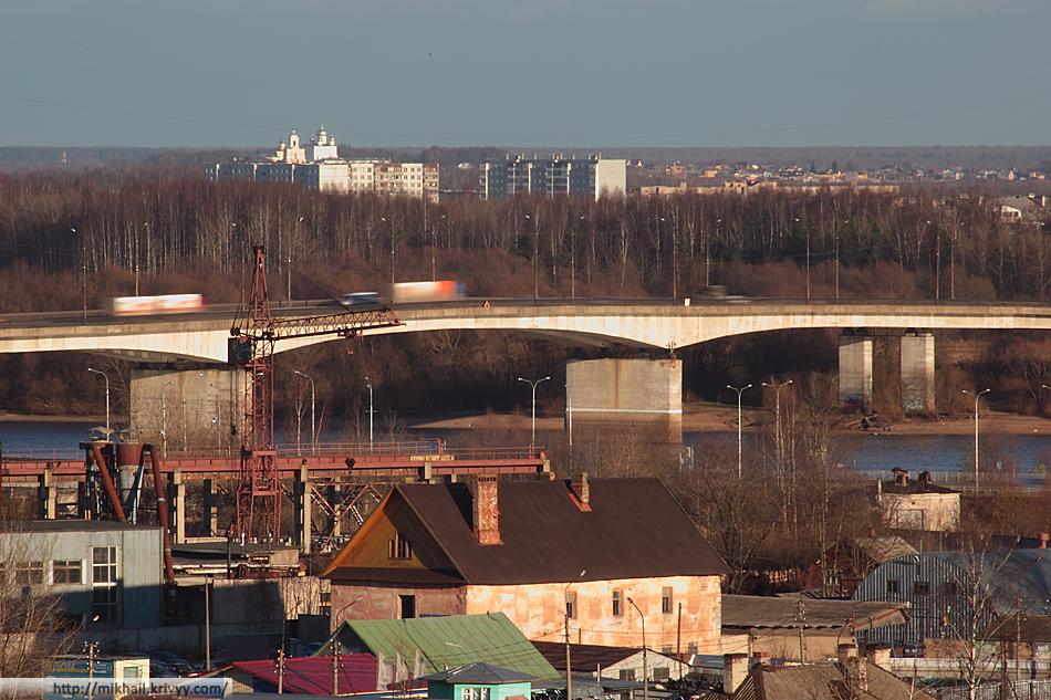 Колмовский мост. Микрорайон Деревяницы. На горизонте Хутынский Монастырь.