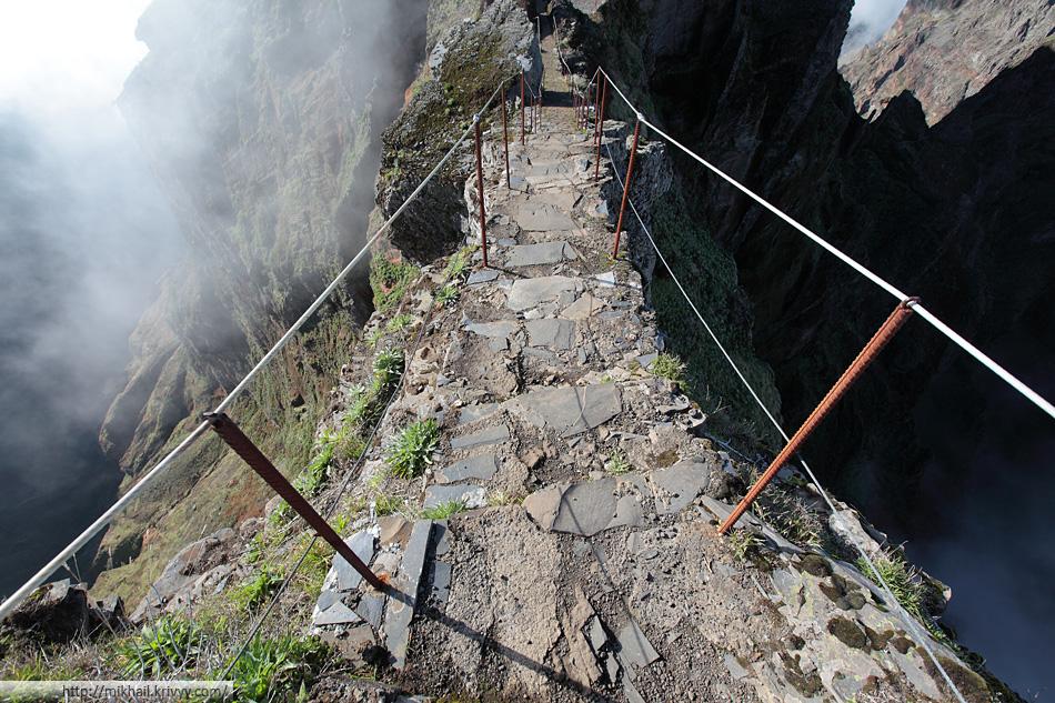 По дороге от пика Арейро (Pico Arieiro) к пику Руйву (Pico Ruivo). Местами вниз лучше не смотреть.