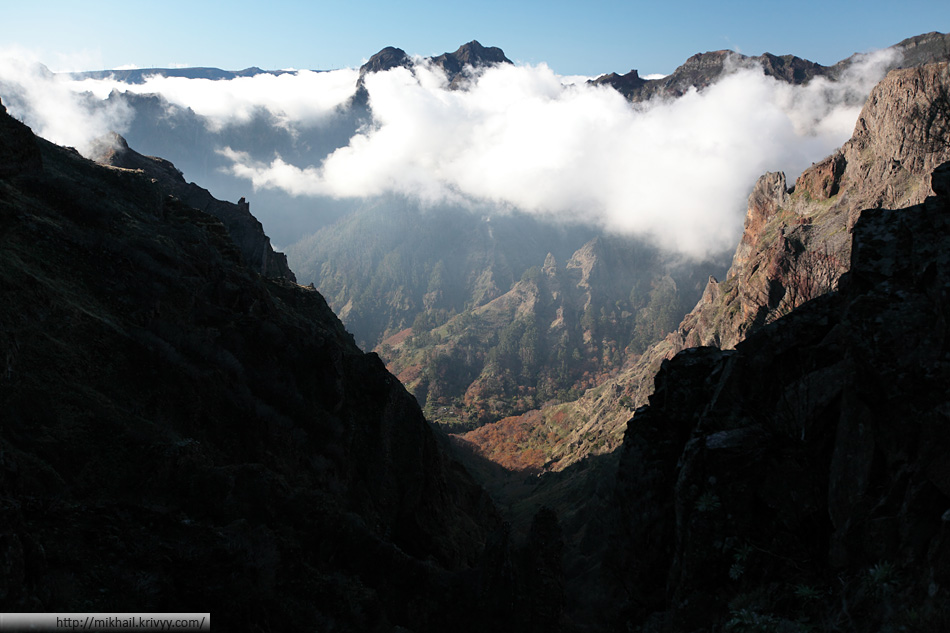 По дороге от пика Арейро (Pico Arieiro) к пику Руйву (Pico Ruivo). Вид в сторону Encumiado.